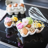 Et si pour Pâques on faisait fleurir les œufs ? Dans des petits coquetiers en porcelaine, les œufs s'ornent de camomille et de renoncules pour ravir les pupilles des grands et des petits. . . . #paques #camomille #paquerette#oya #oyafleurs #flowerstagram #collectionflorale #flowers #fleuriste