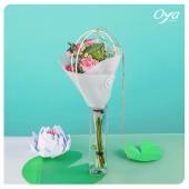 """Pour commencer cette nouvelle semaine, nous vous présentons le bouquet """"reflet translucide"""". Les petites roses branchues s'assemblent autour d'un cœur de lotus pour former un petit bouquet de printemps tout doux. Bonne semaine à tous ! . . . #bouquet #lotus #instafleurs #floweroftheday #collections #collectionflorale #flowers #florist #oya #oyafleurs"""