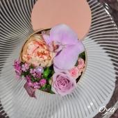 Pour la fête des mamans, nous vous proposons un écrin de fleurs ! Dans une boîte à chapeau, la belle pivoine entourée de petites fleurs champêtres est une déclaration d'amour douce et précieuse. . . . #ecrin #pivoine #peony#oya #oyafleurs #flowers #florist #flowerstagram #flowershop #instafleurs #floweroftheday #maman #fetedesmeres