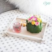 Comme un gâteau végétal, la composition Rond'elle met en scène des roses, des santinis et de la camomille au creux d'un joli assemblage de feuillage. Elle sublimera un petit déjeuner au lit de jour férié ou la décoration de votre table pascale. JOYEUSES PÂQUES ! . . . #camomille #paquerette #rose #flowers #fleurs #oya #oyafleurs #flowerstagram #collectionflorale #flowers #fleuriste