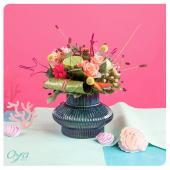 Une explosion de végétaux tropicaux colorés en approche. Tel un panier garnit, le cœur de lotus, le célosie et l'anthurium s'assemblent autour d'une tontine pour ne faire qu'un. Retrouvez le bouquet corail tropique en magasin et sur notre site. . . . #anthurium #celosie #horizon #corail #flowers #florist #flowerstagram #instafleurs #floweroftheday #bouquet #collectionflorale #oya #oyafleurs
