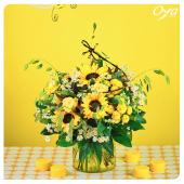 Tournesols, roses et camomille se lancent dans une danse folle à travers ce bouquet champêtre qui sent bon l'été. Notre collection Pollen touche à sa fin mais une nouvelle collection aux saveurs estivales arrive ! . . . #ete #summer #collectionflorale #newco #pollen #fleurs #fleuristes #tournesols #camomille #instafleurs#oyafleurs #oya
