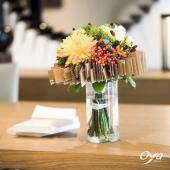 Un généreux bouquet délicatement enveloppé d'une trame en papier pour accueillir les fleurs chaudes. Ce bouquet délicat habillera avec chic votre intérieur en cette fin d'été. . . . #bouquet #bouquetrond #tissage #fleurs#flowers #florist #flowershop #instafleurs #oya #oyafleurs