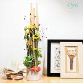 Prenez de la hauteur avec cette composition grimpante. Un pêle-mêle de tournesols, de fruits roses, de pavot et d'œillets, est assemblé dans une composition idéale pour bien commencer le week-end ! . . . #bonweekend #weekend #tournesol #oeillet#flowerstagram #flowers #florist #flowershop #instafleurs #collections #collectionflorale #flowerpower #oya #oyafleurs
