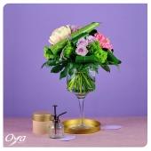 Pour fêter le week-end, voici le bouquet vaporisation florale. De part et d'autre de la feuille d'anthurium, les petites roses parme et l'hortensia rosé célèbrent le retour de la pivoine tant attendue ! . . . #anthurium #peony #pivoine #roses #rose #lila#flowers #florist #flowerstagram #flowershop #instafleurs #floweroftheday #oya #oyafleurs
